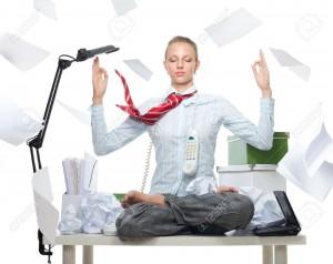 Femme-d-affaires-calme-malgr-des-troubles-normes-sur-la-table-et-les-papiers-volants-Banque-d'images